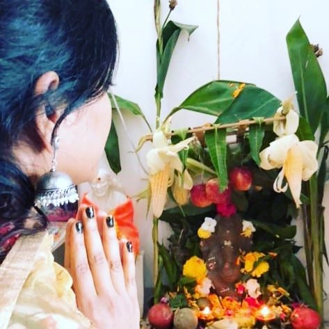 Eesha Rebba praying to Lord Ganesha