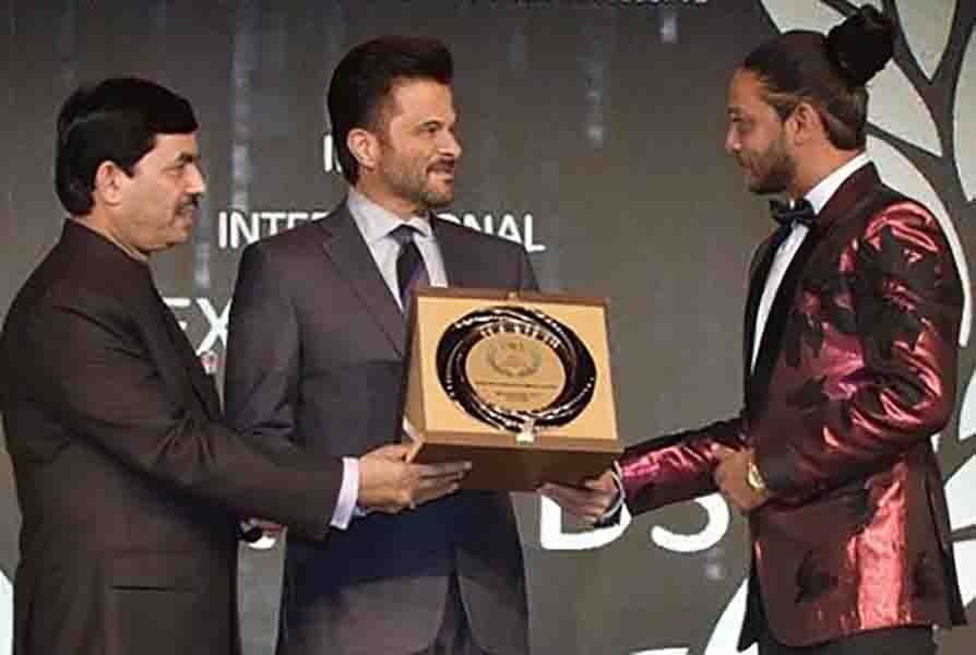 Melvin Louis Receiving his India's International Excellence Awards