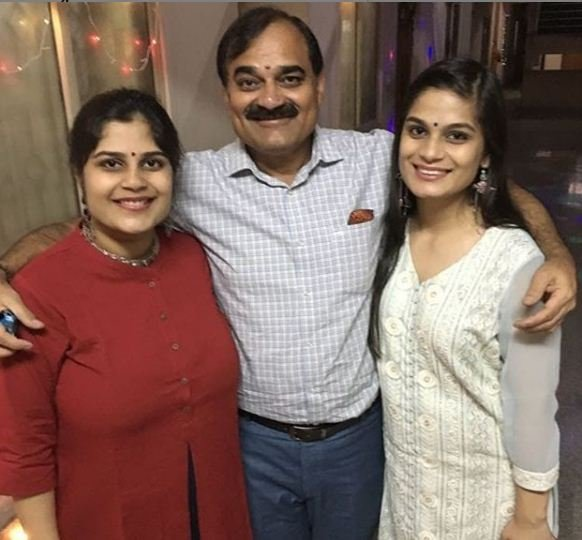 Srishti Dixit With Her Father and Sister