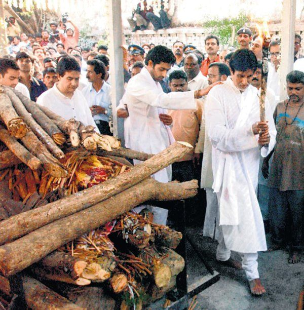 Amitabh Bachchan Performing the Last Rites of Her Mother Teji Bachchan