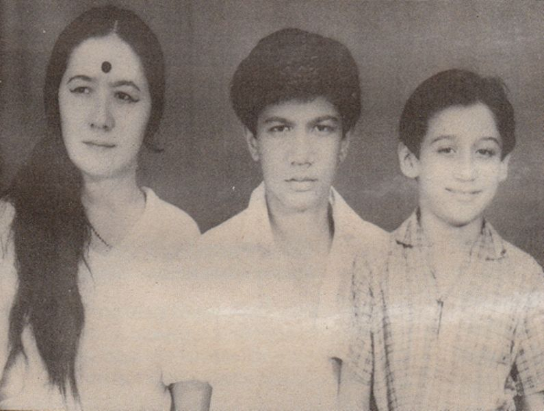 Jackie Shroff (extreme right) With His Brother and Mother