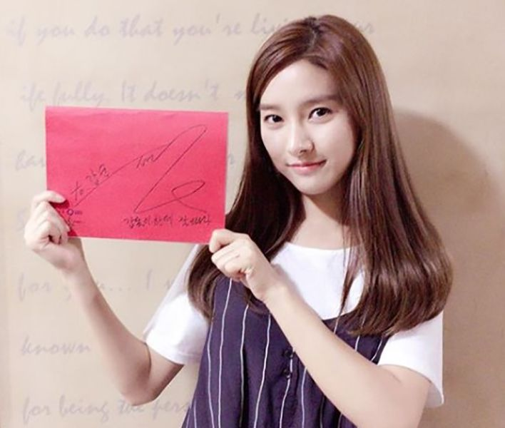 Kim So-eun Holding a Placard with her Autograph