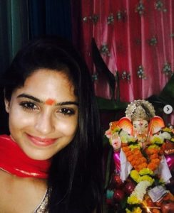 Naina Ganguly with the idol of Lord Ganesha