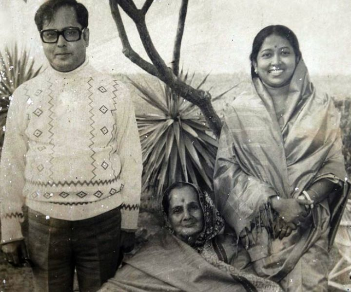 Pranab Mukherjee with his wife and mother