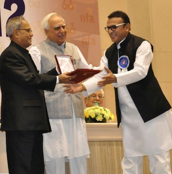 Annu Kapoor receiving an award