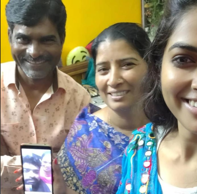 Divi Vadthya with her parents