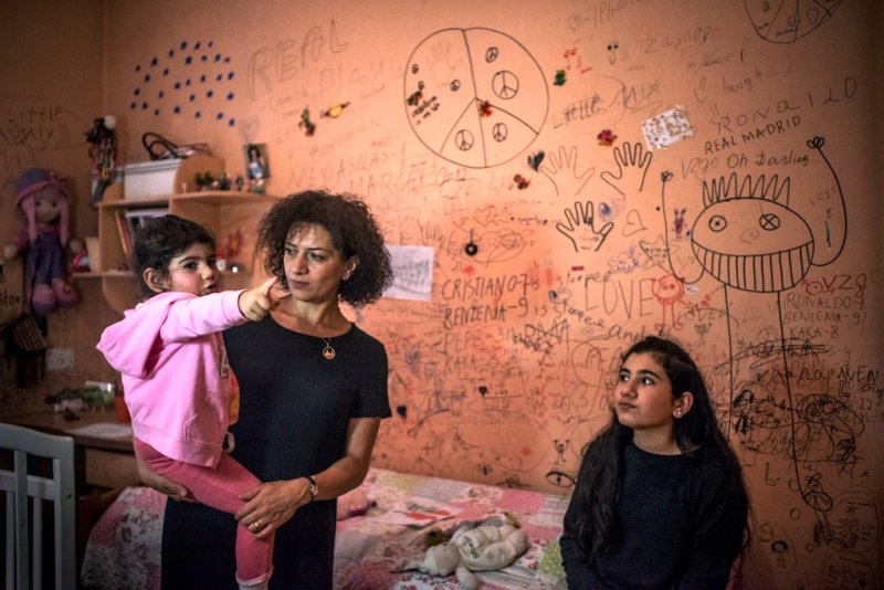A picture of Anna Hakobyan with her daughters at their apartment from the time when Nikol Pashinyan was in prison