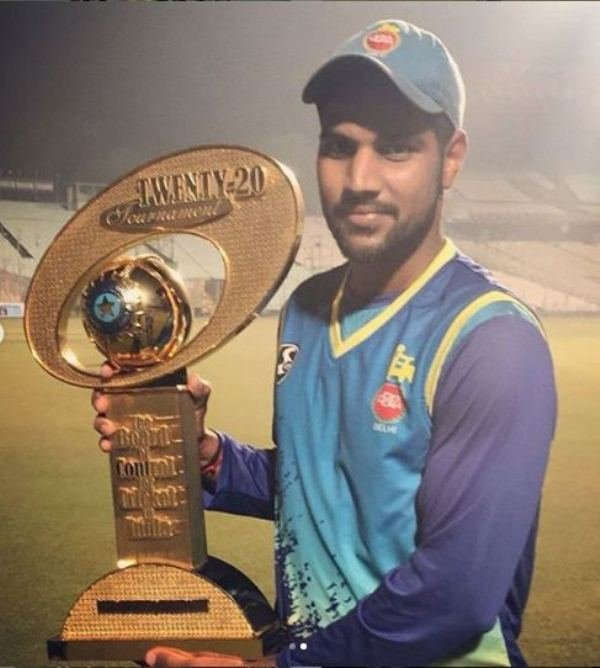 Lalit Yadav with the Syed Mushtaq Ali Trophy 2018