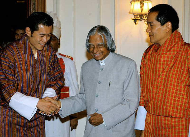 Former Indian President A.P.J. Abdul Kalam shakes hands with Bhutan's Crown Prince, Jigme Khesar Namgyal Wangchuck (L) as the King of Bhutan, Jigme Singye Wangchuck (R) during a meeting at the Presidential Palace in New Delhi, 26 July 2006