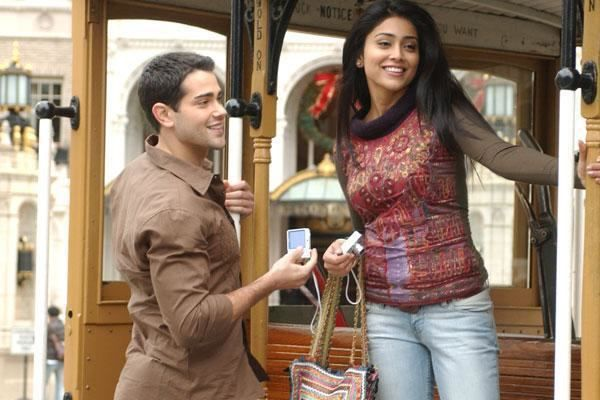 Actress Holding the Pabi Bag on her hand in a scene from The Other End of The Line (2008)
