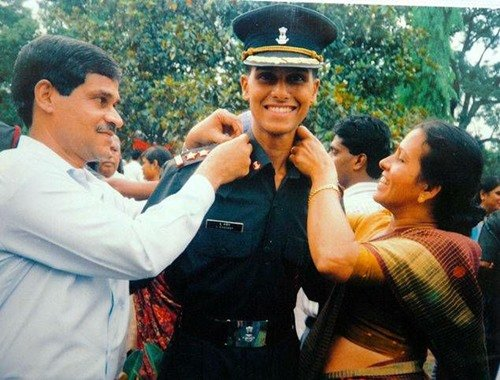 Major Sandeep Unnikrishnan with his parents on the day of pipping ceremony