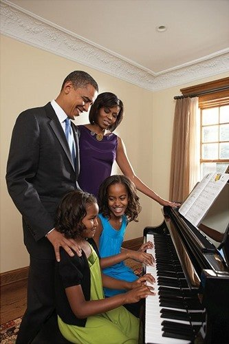 Old picture of Sasha Obama and Malia Obama playing the piano with their parents