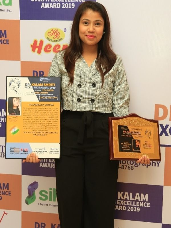 Akanksha Sharma winning the Dr Kalam Smriti Excellence Award for remarkable achievement in the field of media