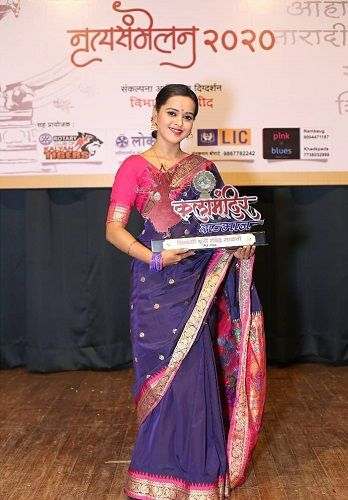 Chinmayee Salvi with her award
