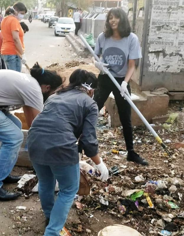 Disha Ravi cleaning garbage dump from a locality in Bengaluru