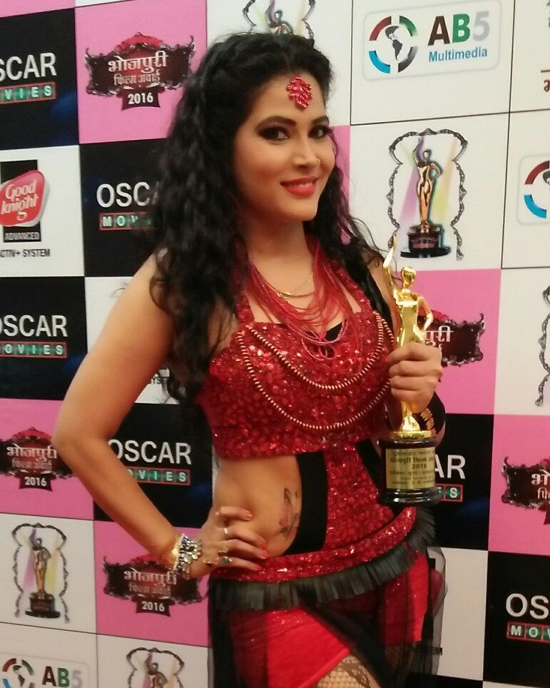 """Seema Singh with the """"Best Item Queen Award"""" at the Bhojpuri Film Awards (201)6"""