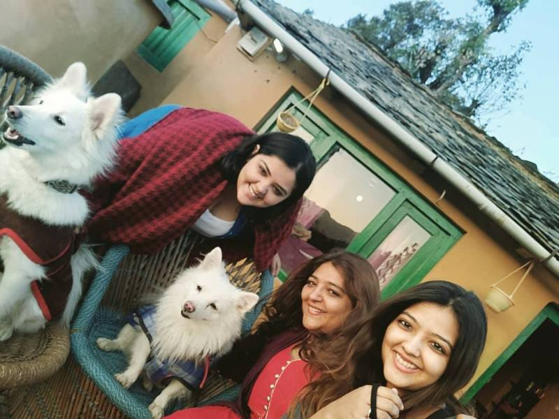 Kanu Priya with her daughters and pet dogs