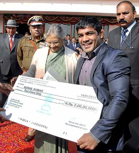 Sushil Kumar receiving a cheque of Rs. 2 crore from former CM of Delhi, Sheila Dixit