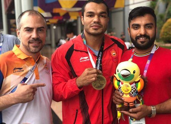 Vikas Krishan Yadav with his Asian Games medal
