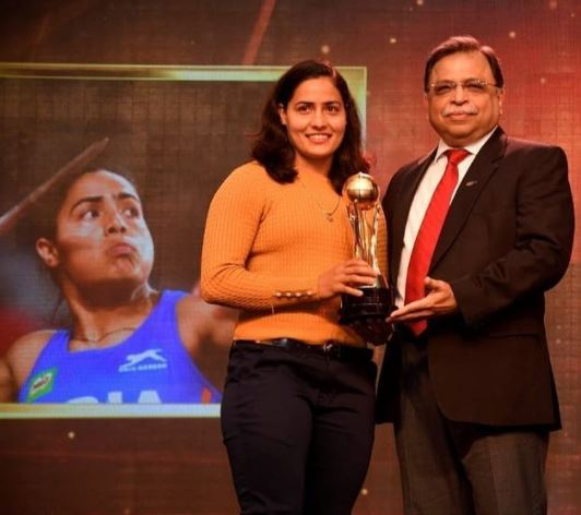 Annu Rani recieving 2019 Sportstar Aces Sportswoman of the Year