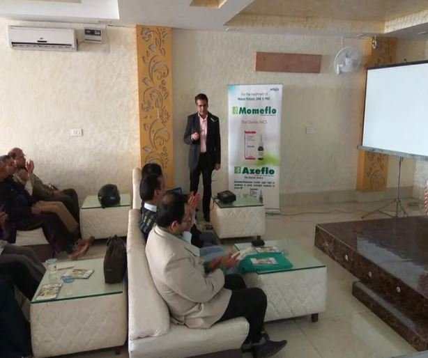 Dr. Hemant Kalra adressing a team of doctors during one of his seminars