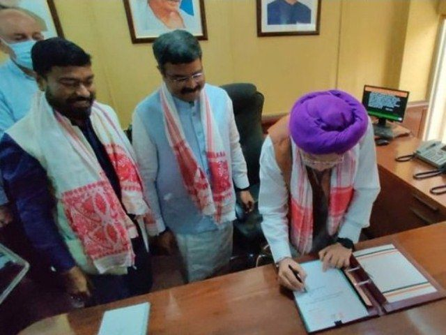 Hardeep Singh Puri assuming his office as the Union Minister of Petroleum and Natural Gas