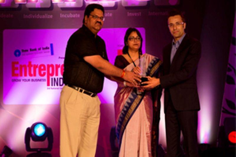 Sandeep Maheswari receiving Creative Entrepreneur of the Year award