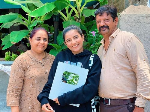 Mrunal Panchal with her parents